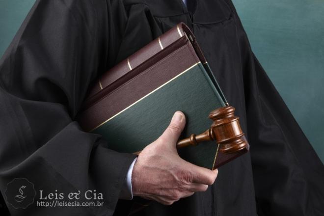 Ramos-do-direito-juiz-com-livro-e-martelo-de-juiz