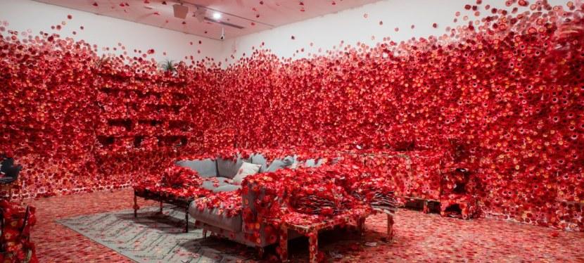 """A última instalação de Yayoi Kusama """"oblitera"""" um apartamento inteiro em floresvermelhas."""